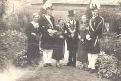 1937_Königspaar_Heinrich_Kleideiter,_Maria_Baumeister,_Adjudanten_vl.Alois_Droppelmann,_Franz_Stegerhoff