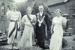 1939_v.l._Marga_Decker,_Käthe_Baumeister_Königin,_Karl_Roßmöller_König,_Paula_Roßmöller_