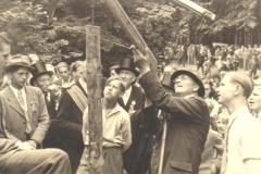 1949_Franz_Dütscher_beim_Schießen,_rechts_Rudi_Weiss,_links_bernhard_Temming_mit_Zylinder