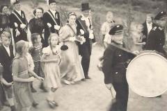 1950_Polonaise_mit_der_Trommel_Josef_Roters,_Königspaar_Helmut_Wethmar_und_Otti_Baumeister