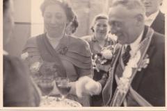 1951_König_Josef_Sprey_und_Anneliese_Grethen_beim_Bowletrinken