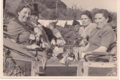 1951_König_Josef_Sprey_und_Anneliese_Grethen_mit_Ehrendamen_Agnes_Muckelmann_u._Helene_Rensing_in_der_Königskutsche