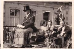 1951_König_Josef_Sprey_und_Anneliese_Grethen_mit_Ehrendamen_Agnes_Muckelmann_u._Helene_Rensing_in_der_Königskutsche2