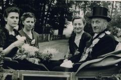 1952_Königspaar_Anton_Berger_und_Thea_Sundorf_mit_Ehrendamen_M_Kleideiter_und_Große_Boymann