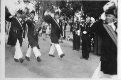 1952_Schützenfest_Fahnenoffiziere_Bürger_vorne_Hm_Hermann_Böckers,_dahinter_v.l.Bernh._Hamm,_Hermann_Ficker,_Karl_Specking,_vor_Legdener_Kapelle_Tambormajor_Böckers_a_Coesfeld
