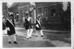1952_Schützenfest_Junggesellen_Fahnenoffiziere_v.L._Bernh._Wilkes,_Franz_Rewers,_Erich_Specking
