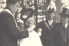 1953_König_von_52_Anton_Berger_wird_von_Julius_Uppenkamp_frisiert,_es_schauen_zu_Anton_Kleideiter,_Gerhard_Baumeister_sen.