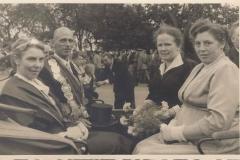 1956_Koenigin_Gertrud_Koesters,_Koenig_Hermann_Ficker,_Ehredame_Frau_Ficker_rechts,_Frau_Roßmann_links