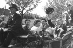 1958_vl._Kutscher_Johannes_Albers,_Valeria_Kösters,_Regina_Baumeister,_Königspaar_Lore_Holtwick,_Gerh._Baumeister_jun.