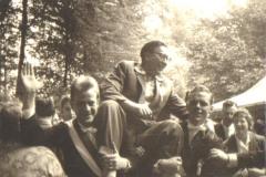 1959_König_Josef_Roßmöller_auf_den_Schultern_junger_Offiziere_Hermann_Terhörst_und_Hans_Wermelt