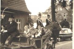 1959_Königspaar__vl._Kutscher_Johannes_Albers,_Hilde_Uppenkamp,_Josef_Roßmöller_zu_Pferde_v.l_Hermann_Terhörst,_Clemens_Kleideiter
