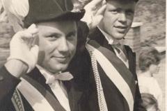 1959_v.l._Rudi_Droppelmann,_Hermann_Terhörst_Königsadjudanten