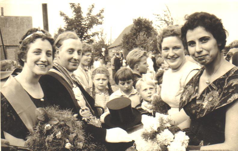 1960_vl_.Königspaar_Marianne_Koch,_Josef_Möllers,_Cornelia_Elbers,_Helga_Koch.bmp