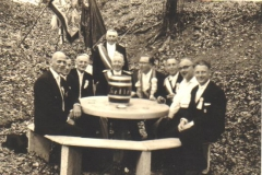 1960 Heldenkeller v.l. Hermann Ficker, NN, Franz Kühlkamp, NN, Hermann Böckers, Rosef Roßmöller, Hermann Kösters, Arnold Barenbrock, Heinrich Börst.bmp