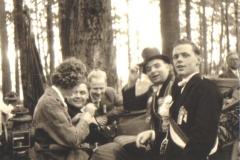 1960 Schützenfest Ankunft in der Steinkuhle v.l. NN, Karl Schmeddes, NN Gerhard Baumeister jun,. Hermann Terhörst
