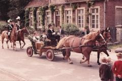 1966_vor_dem_alten_Haus_Wemhoff_an_der_Hauptstr._mit_Königspaar,_Kutscher_Josef_Sundorf,_Königsadjudanten_Herbert_Richters_u._Helmut_Bröker