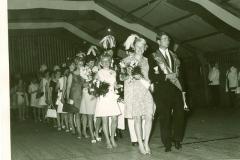 1969_Einzug_der_Polonaise_ins_Zelt._Königspaar,_Helga_Fischer_,_Gerda_Grethen