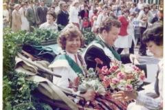 1977_König_Ulrich_Elbers,_Königin_Helga_Sprey__Königskutsche