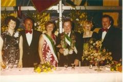 1977_Thron_v.l._Magda_Volmer,_Richard_Sprey,_Helga_Sprey,_Ulrich_Elbers,_Käthe_Elbers,_Franz_Volmer