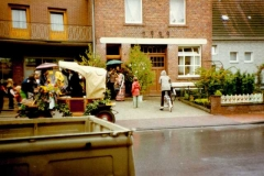 1978_neue_Königin_wird_im_Regen_abgeholt