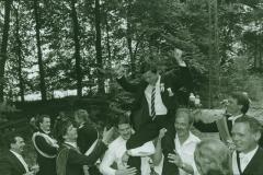 1986_P._Kockentiedt__ist_König_und_wird_zum_Feldherrnhügel_getragen_