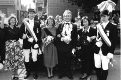 1989_Königspaar_Andreas_Fleige_und_Edeltraut_Birkenfeldmit_Ehrendamen_und_Königsadjudanten